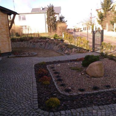 Kostka granitowa na chodniku